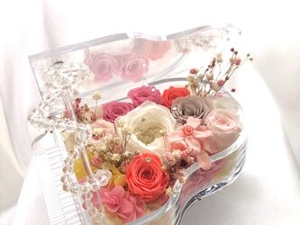 【プリザーブドフラワー/グランドピアノシリーズ】透明なグランドピアノとピンクの薔薇たちのスイートメモリーズの画像