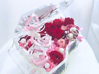 【プリザーブドフラワー/グランドピアノリングピローウェディング】ピンクと赤い薔薇とパールの恋する輝く涙の画像