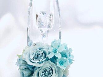 プリザーブドフラワー/ガラスの靴シリーズ】ベビーブルーローズとブルースターふたつの爽やかな青が溶け合う透明で静かな時間の画像