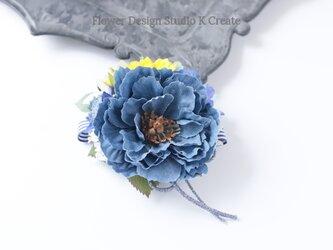 向日葵とデニムピオニーのコサージュ(ヘアクリップ可) ナチュラル ひまわり ヒマワリ 青 ブルーの画像