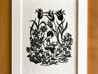 読書の切り絵「春園の本」の画像