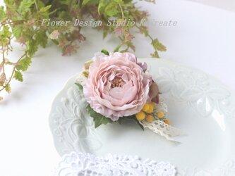 ペールピンクのラナンキュラスとミモザのコサージュ(ヘッドドレス可) の画像
