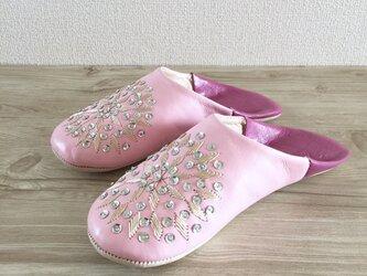 新作 手縫い刺繍の上品バブーシュ フヌン ベビーピンク×ルビーローズ (発送までの目安:5日)の画像