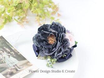 ブラックデニムピオニーと薔薇のコサージュ(2Way クリップ付き) ナチュラル デニムのお花 バラ の画像