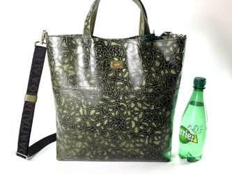 ミニポーチ付き花柄型押し革のトートバッグの画像