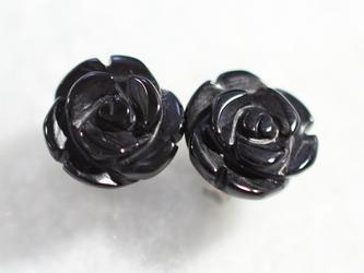 ブラックオニキス・ローズのスタッドピアス(10mm・チタンポスト)の画像