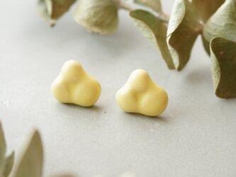 【陶器】フラワー3枚ピアス レモンの画像