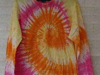 タイダイ染め オレンジ・ゴールデンイエロー・チェリーピンクのサークルしぼりTシャツ【長袖Tシャツ】の画像