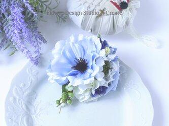ペールブルーのアネモネとスカビオサのコサージュ(コサージュケース付き) アーティフシャルフラワー コサージュ 水色 ブルー の画像