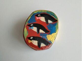 漆のペンギンブローチの画像