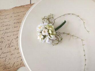 染め花の小さなブーケコサージュ(ホワイト×グリーン)の画像