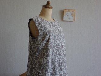 木版更紗オフホワイト×グレージュロング丈ワンピースの画像