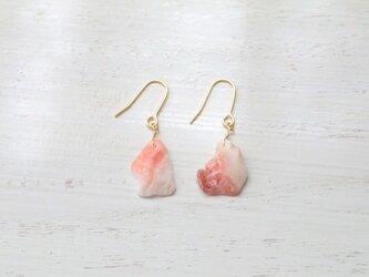 波が磨いた貝殻のかけらの耳飾り / ピンクグラデーションの画像