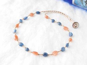 カイヤナイトとオレンジムーンストーンのネックレスの画像