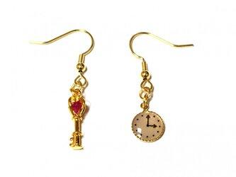 小さなピンク・グラス入りハート型鍵と懐中時計の金色ピアスの画像