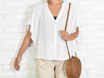 涼しげでシンプルなスキッパーシャツ ホワイトの画像