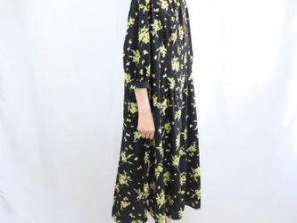 花柄マキシワンピース 七分袖 スタンドカラー 黒の画像