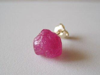 ルビーの原石ピアス/Madagascar 片耳 14kgfの画像