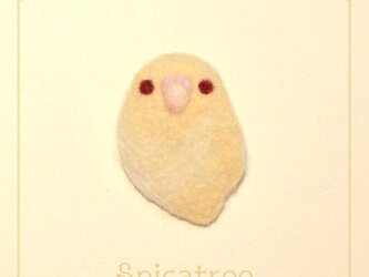 「セキセイインコ クリームイノ」羊毛ブローチの画像