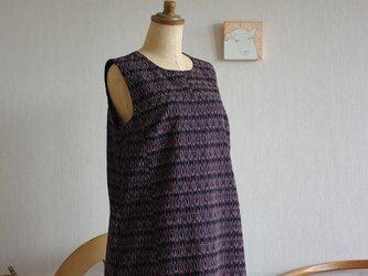 筑紫ゆうき絣黒地にえんじ色菱形柄ロング丈ワンピースの画像