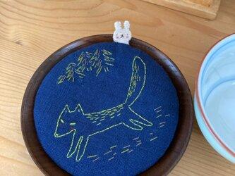 キツネ刺繍の麻コースターの画像