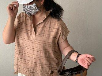 バックテールですっきりみせるハイカラー手織り綿ベストブラウス 後ろ裾のポケットとサイドベルトもアクセントに ベージュ絣の画像