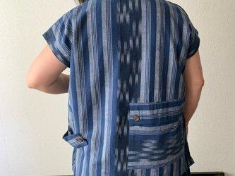 バックテールですっきりみせるハイカラー手織り綿ベストブラウス 後ろ裾のポケットとサイドベルトもアクセントに 青絣の画像