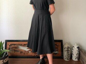 ウエストベルトで楽しめるラウンドネック手織り綿ワンピース スカート部分のバイアスラインでよりエレガントに可愛く 黒無地の画像