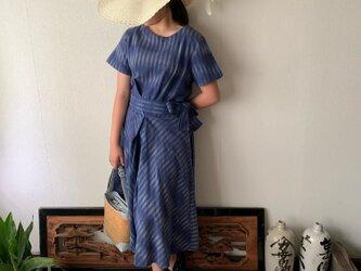 ウエストベルトで楽しめるラウンドネック手織り綿ワンピース スカート部分のバイアスラインでよりエレガントに可愛く 青絣の画像