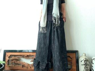越天楽おしゃれ番長ご用達!変形サルエル手織り綿パンツ 大きく足を広げることはできないけど履くとカッコよさ抜群 黒絣の画像