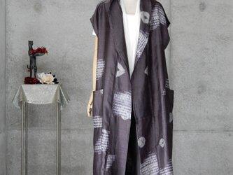 着物リメイク 絞りのロングベストカーディガン/フリーサイズ とめのアクセサリー付きの画像