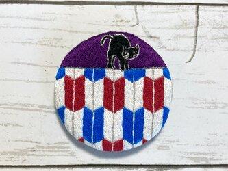 手刺繍オリジナルブローチ*矢羽根に猫の画像