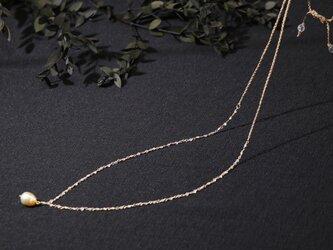 南洋真珠と水晶と絹のネックレスの画像