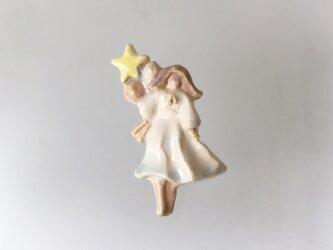 風船と乙女[陶器ブローチ]の画像