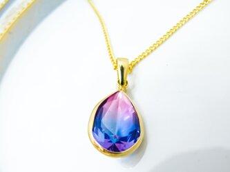 クリスタルガラスのしずく型グラデーションネックレス マゼンダ×ブルー ゴールド金具の画像