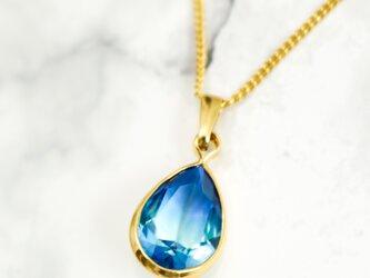 クリスタルガラスのしずく型グラデーションネックレス ブルー×スカイブルー ゴールド金具の画像