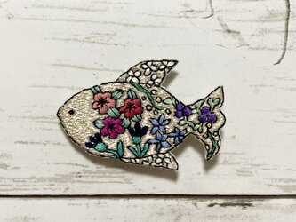 手刺繍オリジナルブローチ*花魚(銀色)の画像