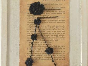 染め花のガーランド付きヘアピン(ブラック)の画像