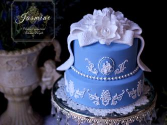 アンティークブルーのエレガントクレイケーキの画像