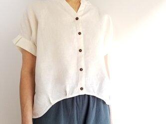 可憐な夏のリネンシャツ★タックフリルの袖と丸みのあるヘムラインが可愛い キナリ   5L~7Lの画像