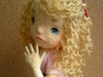 羊毛フェルト「ピンクワンピの女の子」の画像