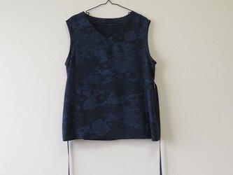 *アンティーク着物*藍型染め小紋のVネックトップス(ゆったりサイズ・脇ひも付き)の画像