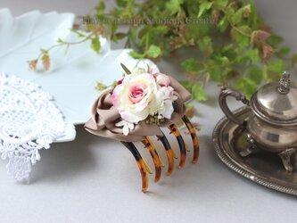オークルサテンのリボンと薔薇のバンスサイドクリップ リボン パール クリップ コスモス 浴衣髪飾りの画像