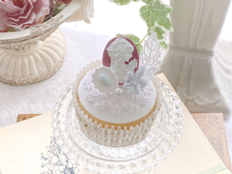 ノーブルな雰囲気 カメオのエレガントカップケーキの画像