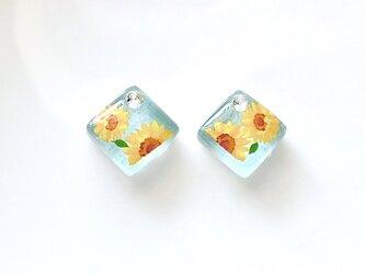 【2種類から選べる】青空の下で咲く向日葵ガラスタイル ピアス/イヤリングの画像
