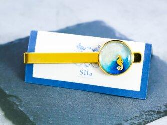 マリンテイストのネクタイピン タツノオトシゴ ホワイト×オーシャンブルー ゴールド金具の画像