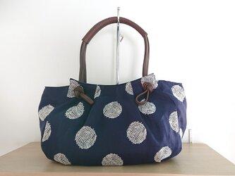 リネン刺繍 タックの入ったバッグの画像