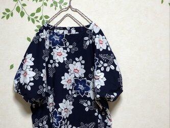 ☆ 浴衣リメイク 藍に桔梗の花 ドルマン袖ブラウスの画像