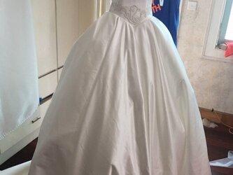 高品質! ウエディングドレス ホワイト 高級刺繍 光沢サテン 華やかなトレーン 編み上げの画像
