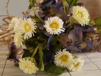 菫とマーガレットの花束の画像